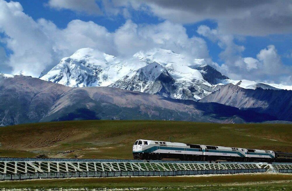 Raudtee Tiibeti mägede vahel. https://www.tibettour.org