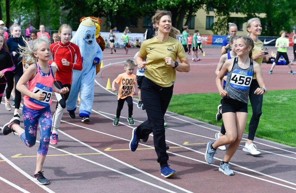 Kersti Kaljulaid sportis TV 10 Olümpiastarti etapil koos noortega