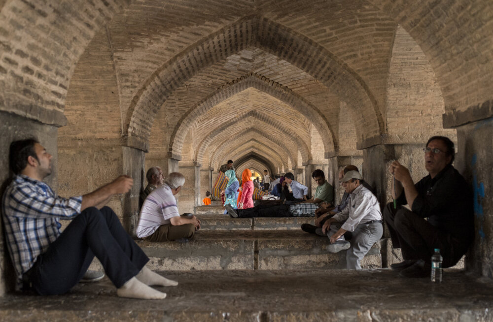 SILLAALUSED: Ainult Iraanis on võimalik, et sildade alla ei kogune kodutud vaid sealt otsivad varju kunstnikud ja muusikud, et juttu ajada, laulda, kuulata teiste laulu ja õhtut oodata.