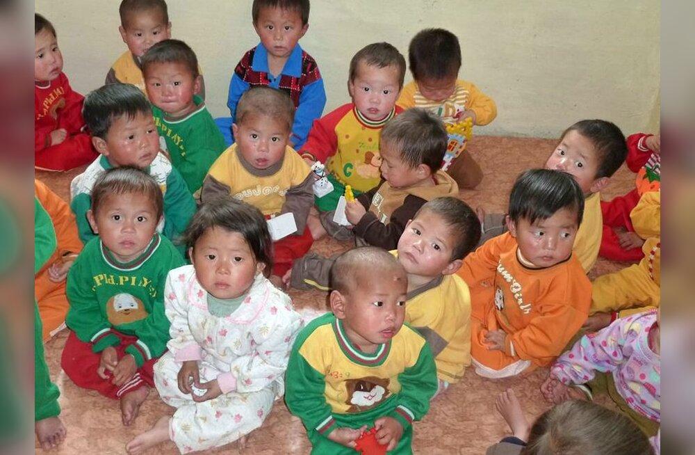 VIDEO: Põhja-Korea nälgivad lapsed on püsti seismiseks liiga nõrgad