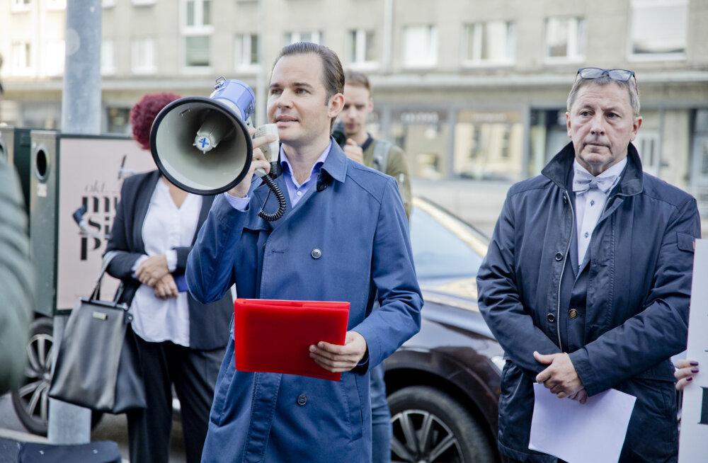 FOTOD | Pangakliendid ja investorid protestisid Swedbanki peamaja ees