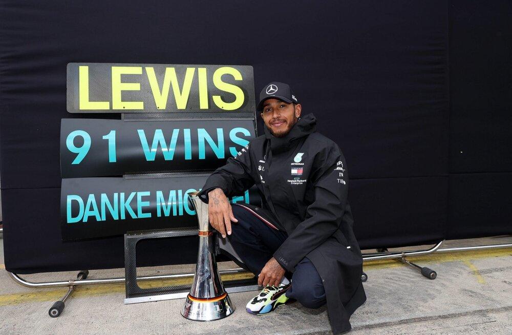 Lewis Hamiltonil on auhinnakapis 91 võidukarikat.