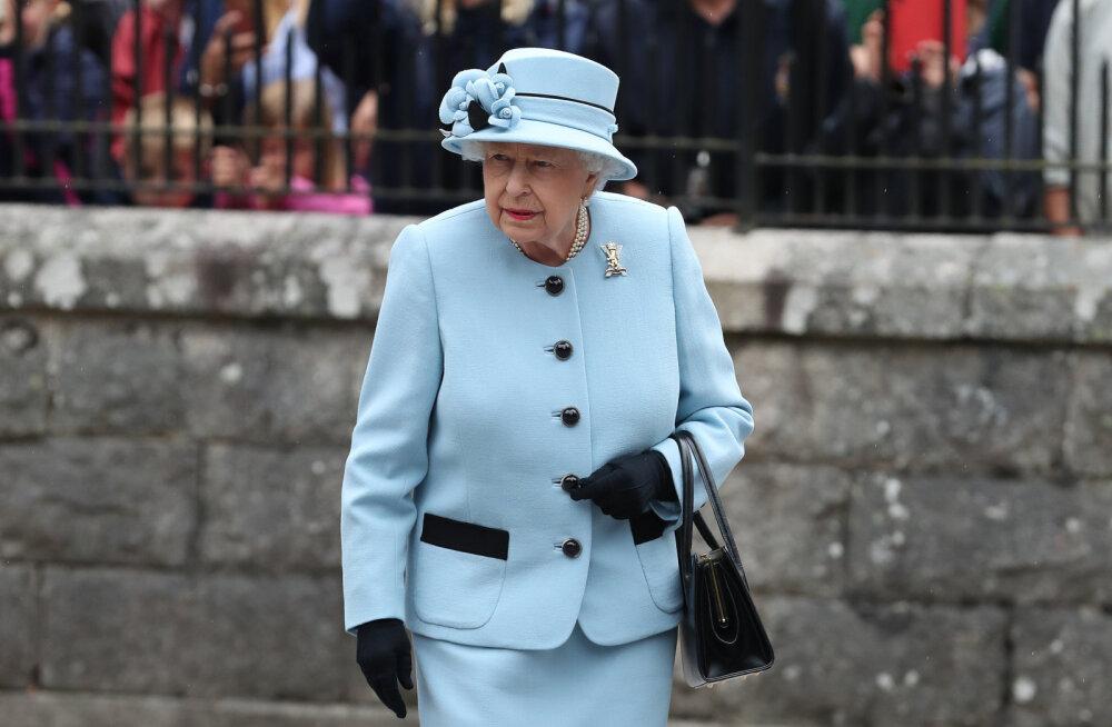 Kuninganna käekotist leiab nii mõndagi, mida ka tavalised naised igapäevaselt vajavad