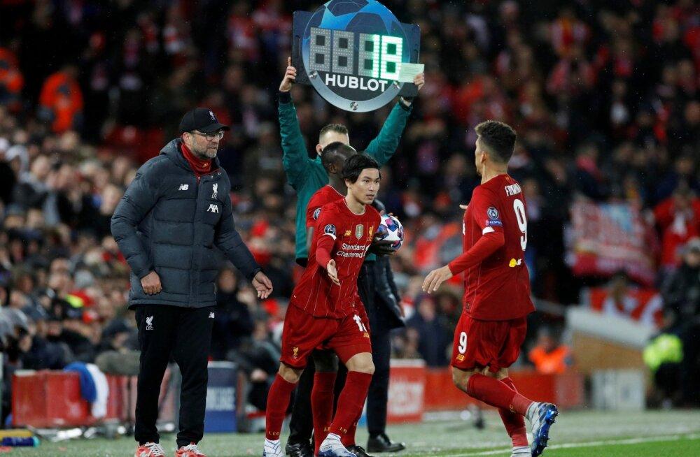 Liverpooli mängijad vahetust tegemas.