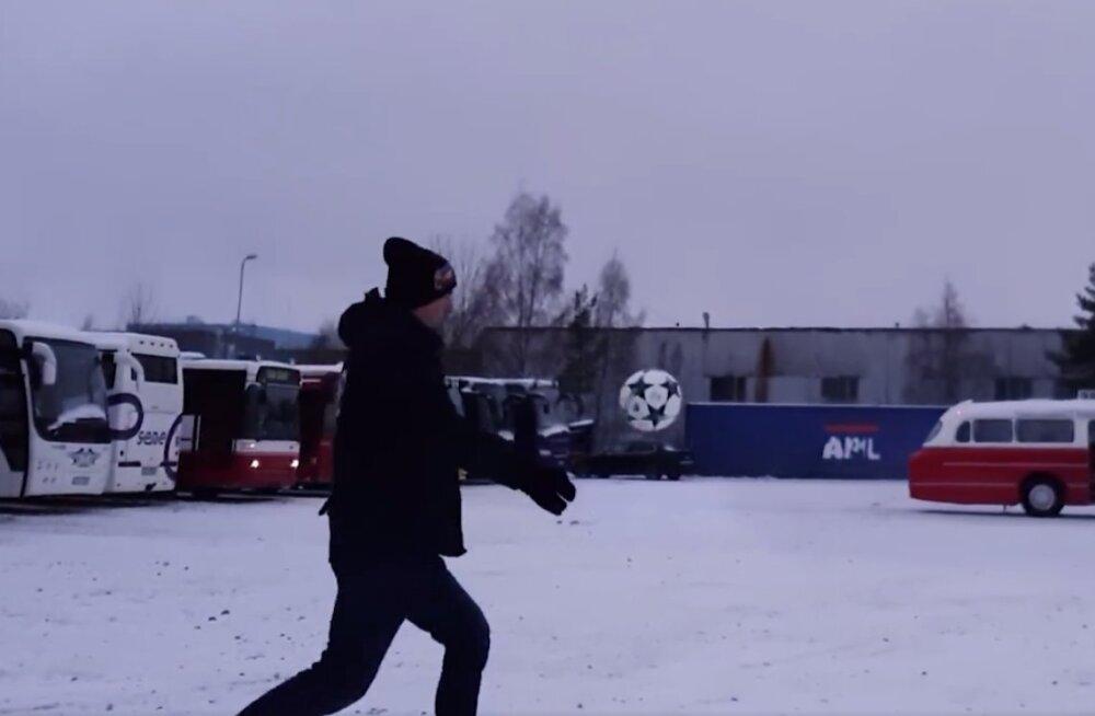 TRIKIVIDEO   Kalev Kruus proovib jalgpalli 25 meetri pealt liikuva bussi uksest sisse lüüa