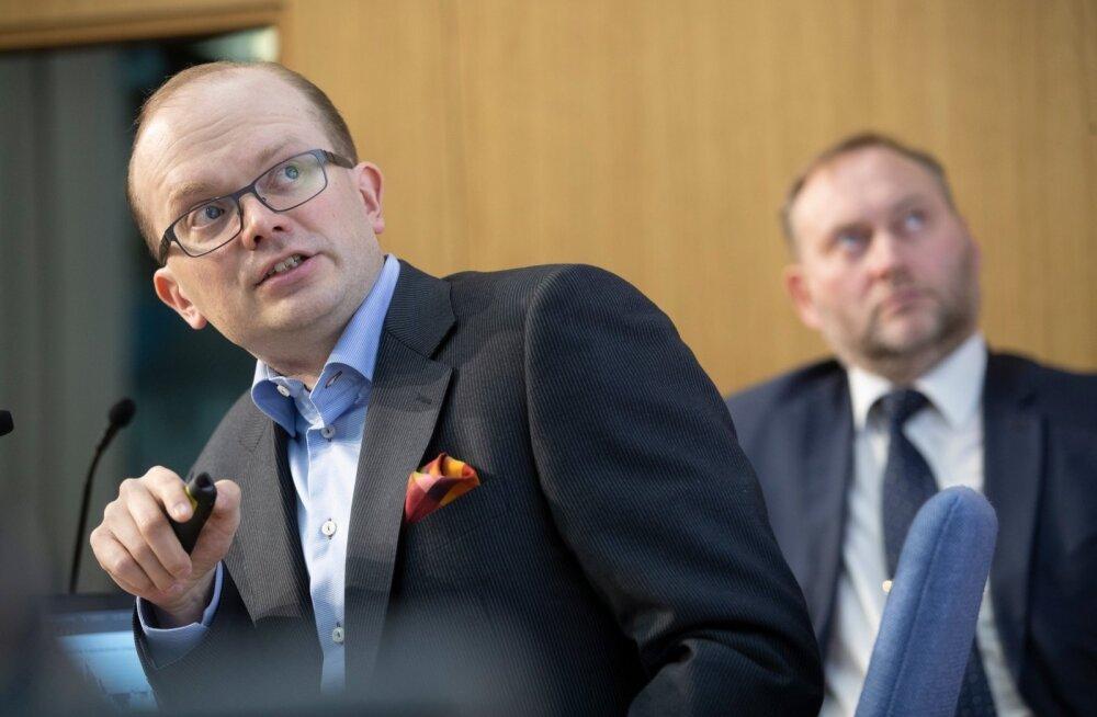 Soome tööandjate föderatsiooni majanduspoliitika osakonna direktor Penna Urrila (esiplaanil) ja majandus- ja kommunikatsiooniministeeriumi majandusarengu osakonna juhataja Kaupo Reede.