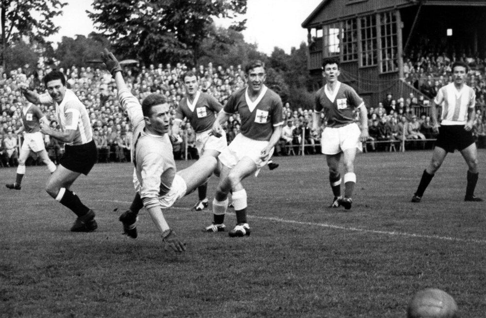 Кадр из матча Аргентина - Северная Ирландия на чемпионате мира 1958 года.