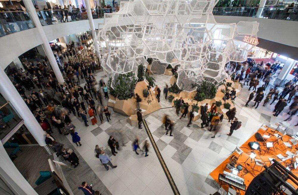 Veidi üle nädala tagasi avati Ülemistel uus kaubanduskeskus T1. Avamispäeval oli seal palju rahvast.