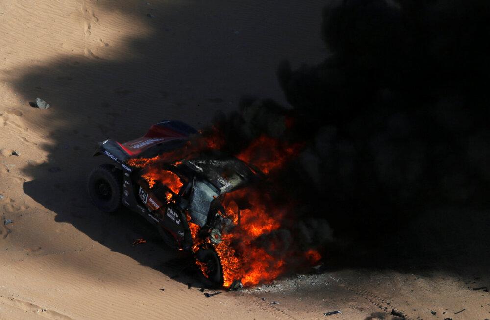"""Кошмар! Машина российского участника ралли """"Дакар"""" сгорела полностью!"""