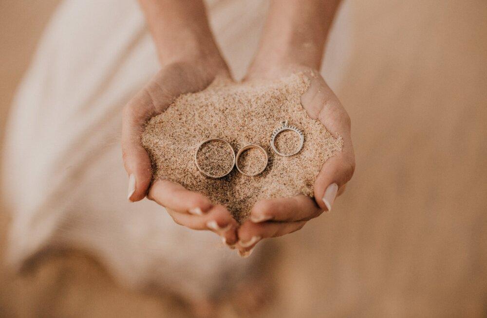 """Enne, kui ütled jah-sõna oma väljavalitule, tuleb """"jah"""" öelda perfektsele sõrmusele. Kuidas valida abielusõrmuseid?"""
