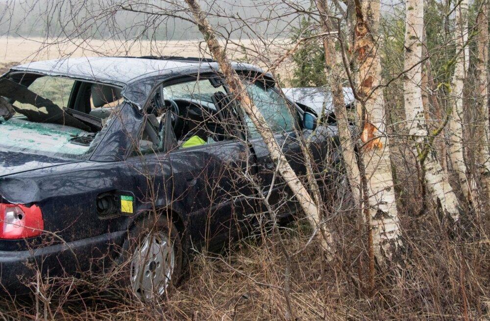 Lõmalas Audi A6 teelt väljasõit