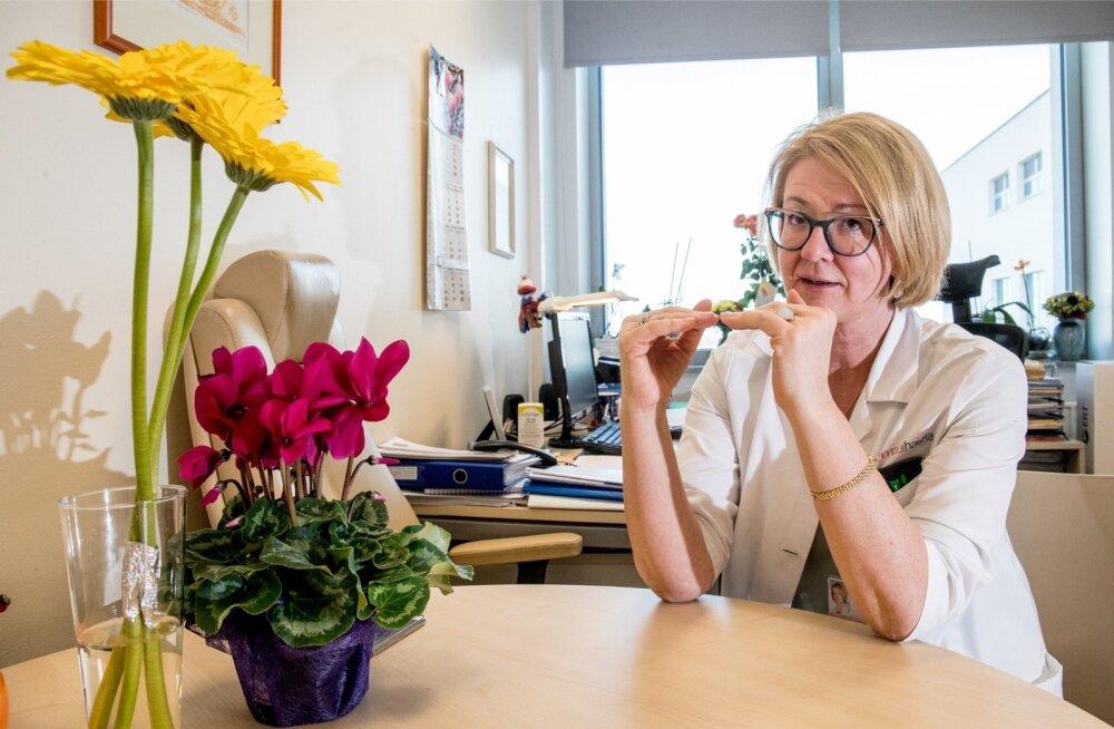 Onkoloog dr Helis Pokker kinnitab, et igal aastal rahastab haigekassa mõnda uut vähiravimit või vähiravimeetodit ja seega ei saa öelda, et uued ravimid ei ole meile üldse kättesaadavad.