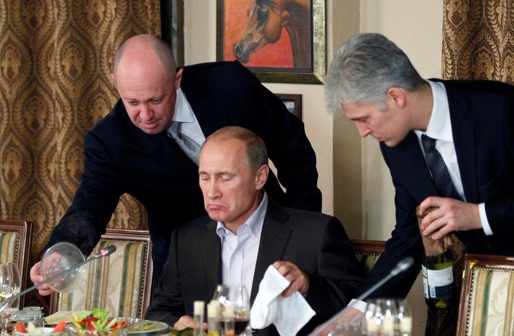 2011. aastal Moskva-lähedase ratsutamiskompleksi restoranis teenindab Jevgeni Prigožin (vasakul) isiklikult Vene toonast peaministrit Vladimir Putinit.
