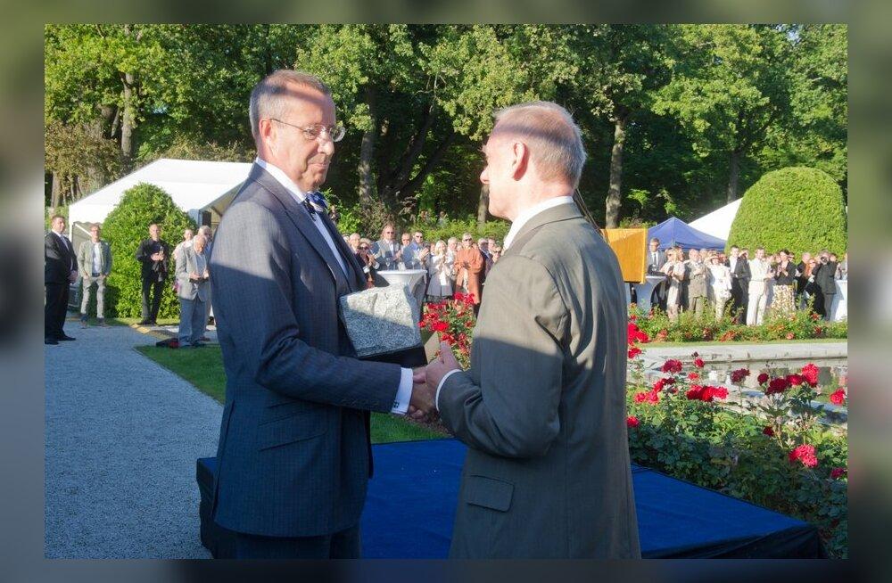 FOTO: President Ilves andis Eesti iseseisvuse taastamise mälestuskivi muinsuskaitseliikumisele