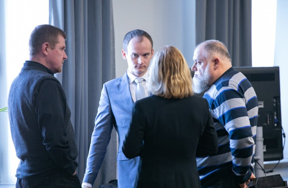Tuuleärimees Harry Raudvere (paremal) 22. jaanuaril Rakveres toimunud kohtuistungil koos oma advokaatide Piret Blankini (seljaga) ja Edgar-Kaj Velbriga.