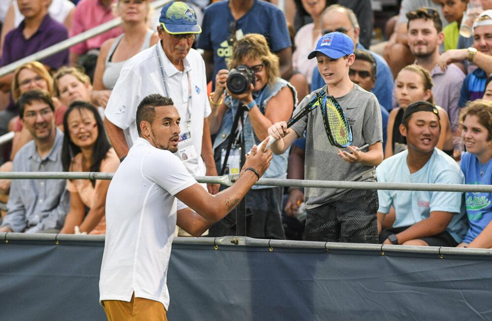 """FOTO   Vastuoluline Austraalia tennisist kinkis noorele fännile puruks pekstud reketi ja kutsus kohtunikku """"käte ja jalgadega kartuliks"""""""