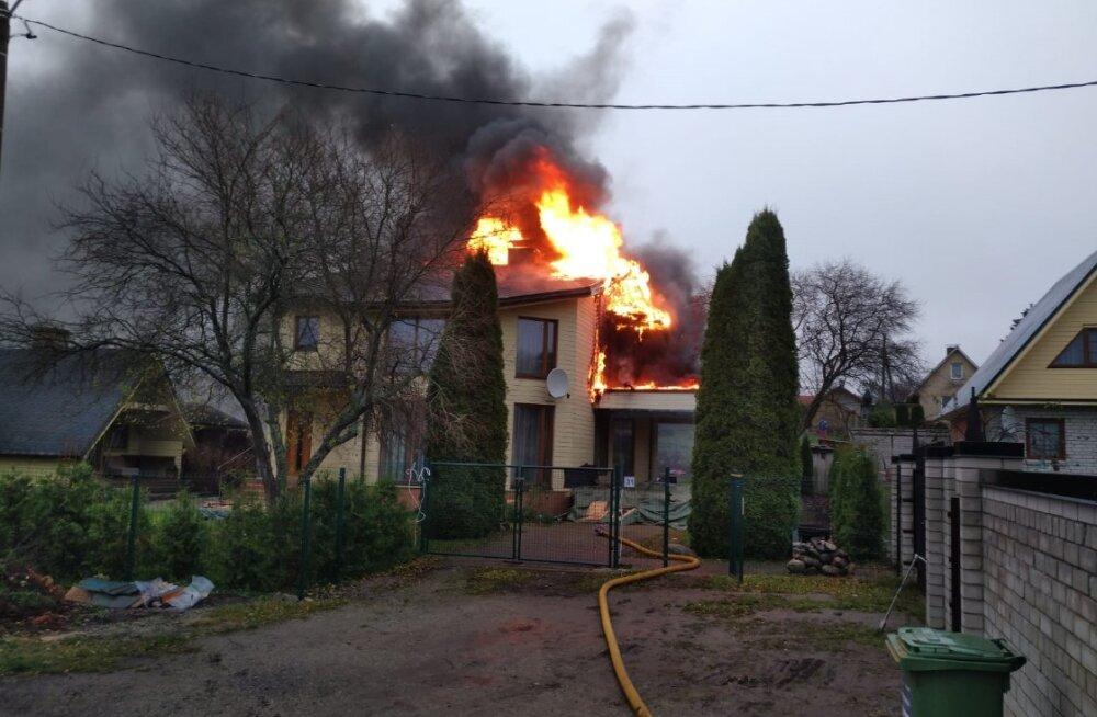 FOTO | Vääna-Jõesuus põles elumaja lahtise leegiga