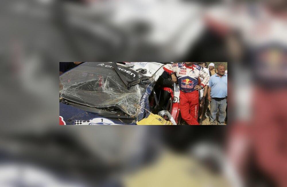Loebi kaardilugeja avarii teinud auto juures