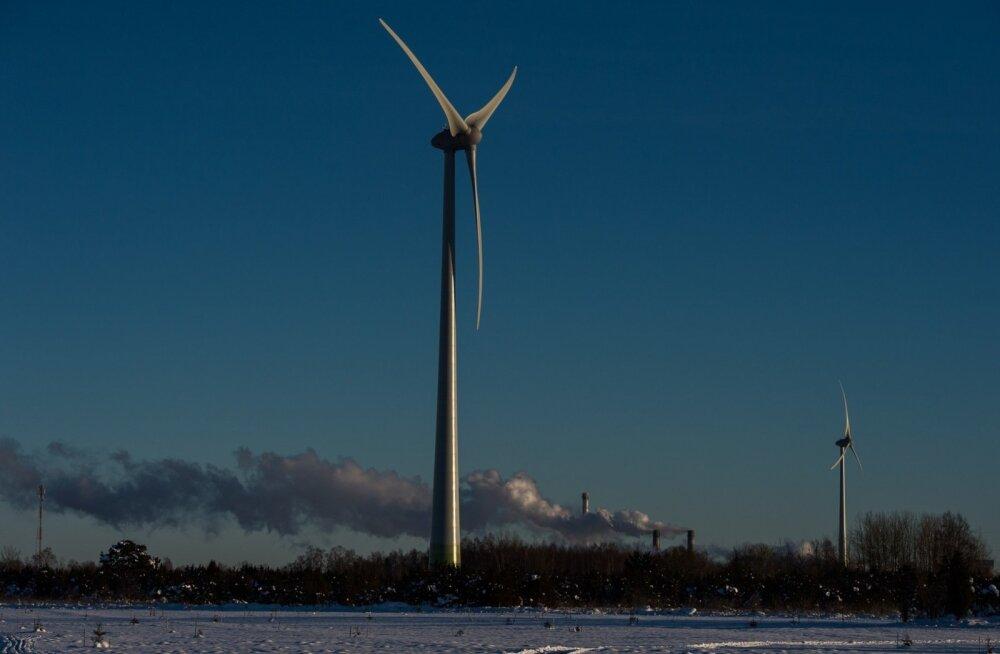 Tuulikud Kunda lähedal ja tsemenditehase korstnad