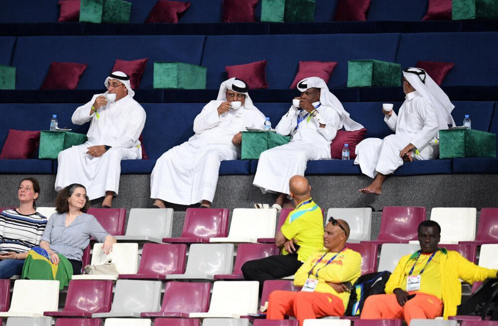 Avapäev meelitas staadionile üksikuid kohalikke kõrgklassi inimesi