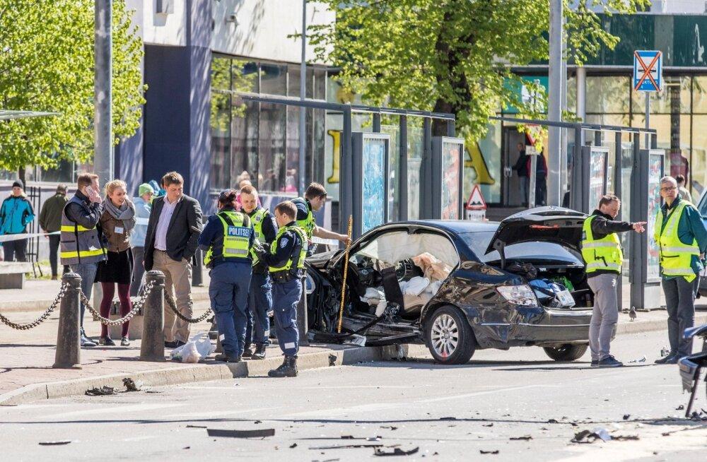 Tallinna kesklinnas põhjustas BMWjuht eile hommikul õnnetuse, milles sai kokku vigastada 14 inimest.