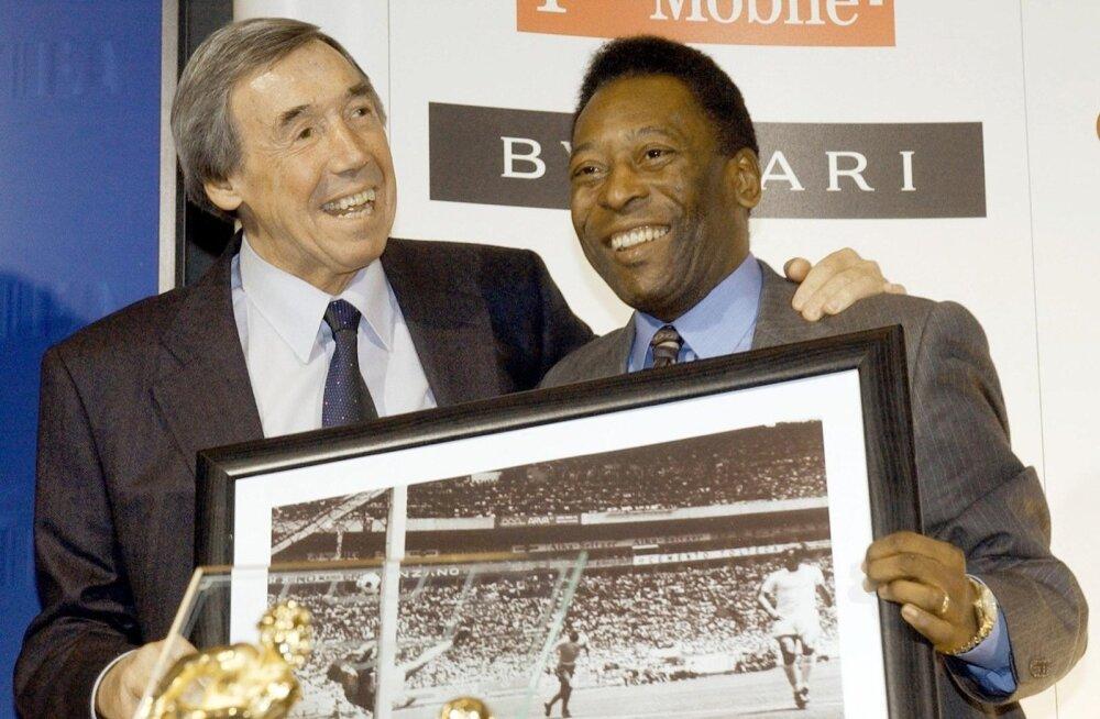Gordon Banks ja Pele hoidmas käes fotot legendaarsest 1970. aasta tõrjest.