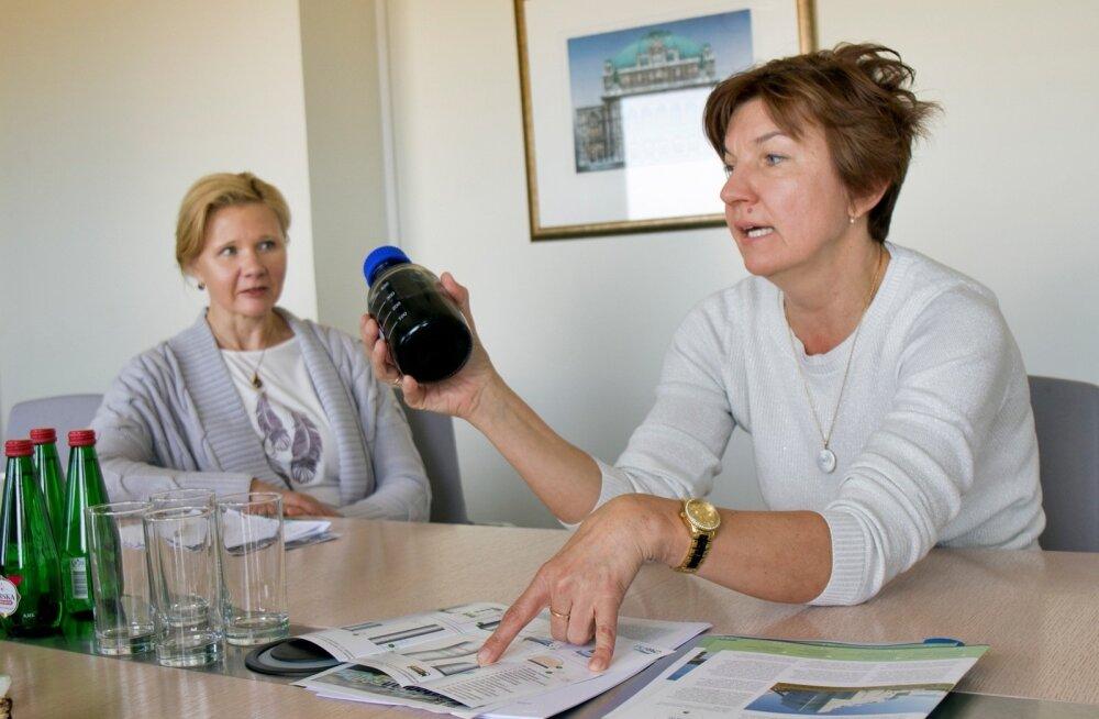 Estonian Celli keskkonna- ja kvaliteedijuht Kersti Luzkov tõdeb, et orgaanilisest ainest õnnestub kätte saada 96% ning just see kontsentratsioon jätab puidumassitehase heitveele pruunika värvuse. Vasakul juhatuse liige ja finantsjuht Siiri Lahe.