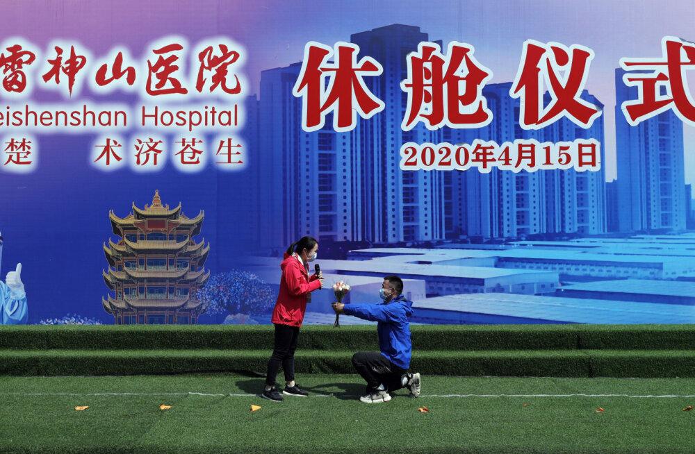 """В Китае коллеги по """"коронавирусной"""" больнице решили пожениться. Они отработали вместе два месяца"""