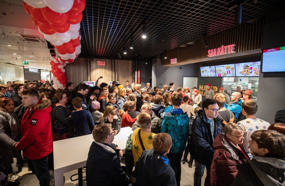 KFC Ülemiste keskuse restoran oli avamispäeval puupüsti inimesi täis.