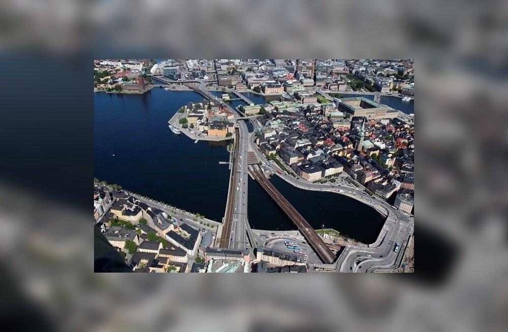 Raudtee- ja jalakäigusild Stockholmis.