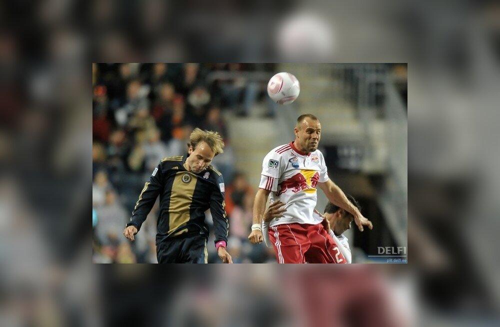 Joel Lindpere õhuvõitluses, jalgpall