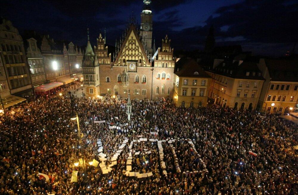 Reedel Varssavis ülemkohtu ees toimunud meeleavaldusel nõuti, et president Andrzej Duda paneks kohtureformile veto.