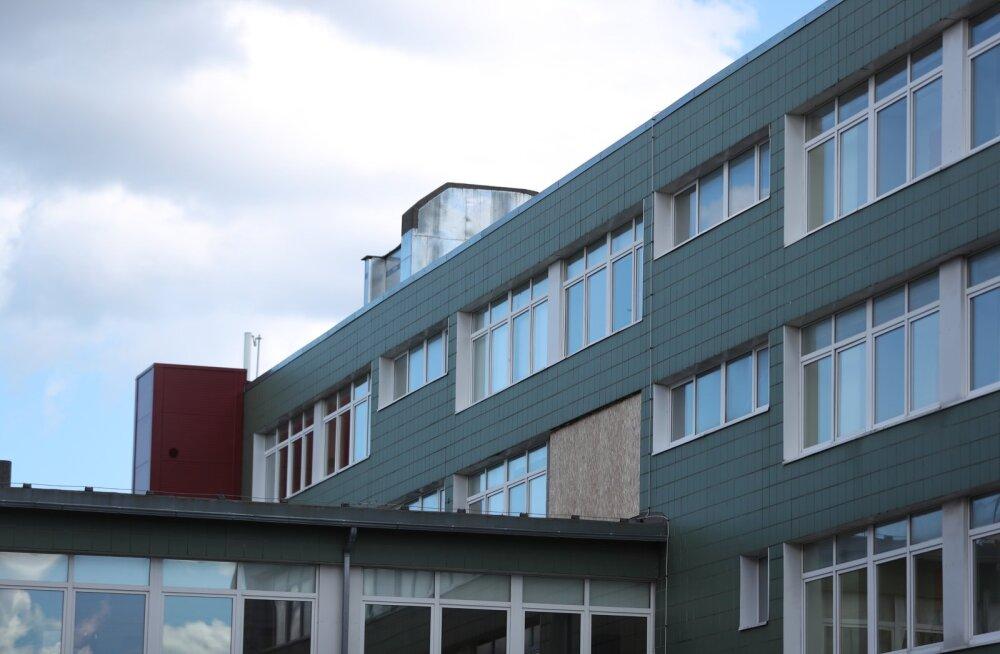Lilleküla gümnaasiumi katkised aknad olid nädalavahetuseks kaetud.