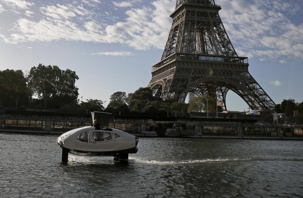 В Париже тестируют необычное водное такси, напоминающее межпланетный катер