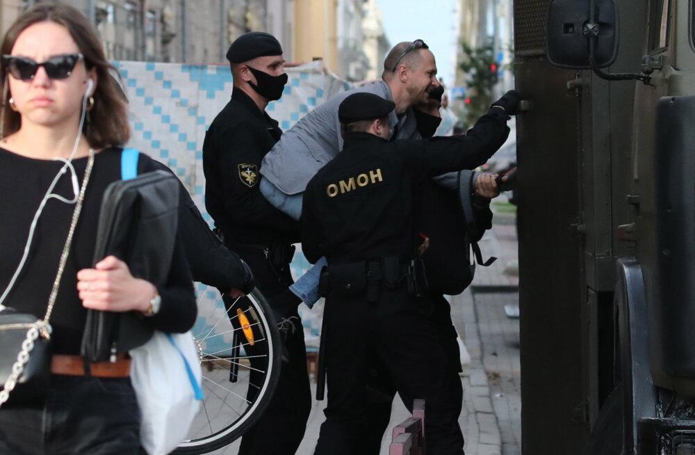 """Автозак, """"честный майор"""", запястья на стену: записки белорусского журналиста из изолятора"""