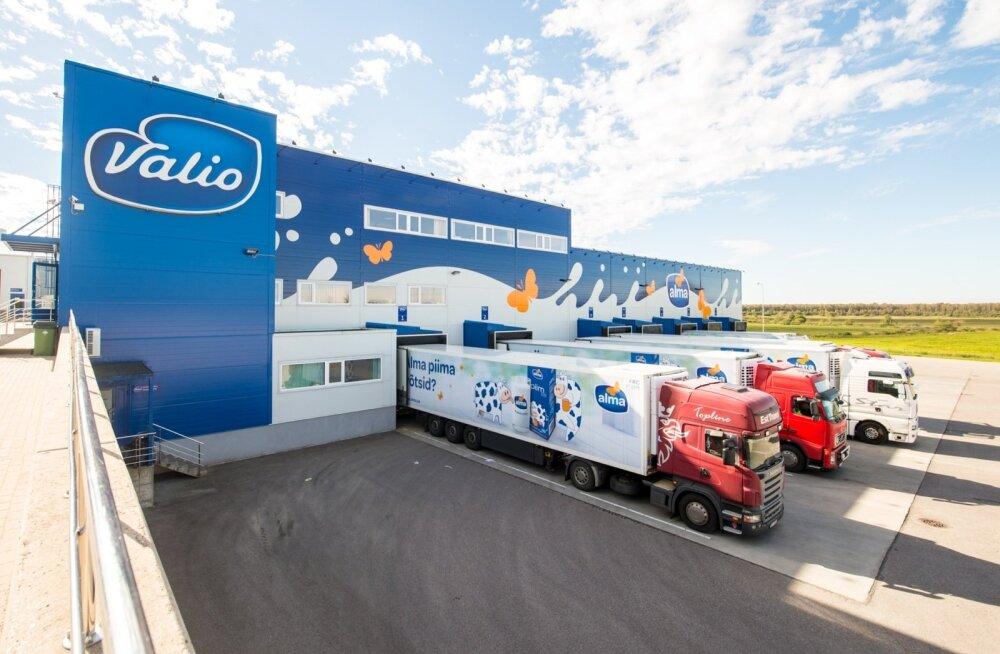 Valmaotsa külast sõidab iga päev välja mitukümmend 20-tonnist kaubaautot. Osa Eesti poekettide Tallinna lähistel asuvatesse keskladudesse, osa Lätti ja Leetu.