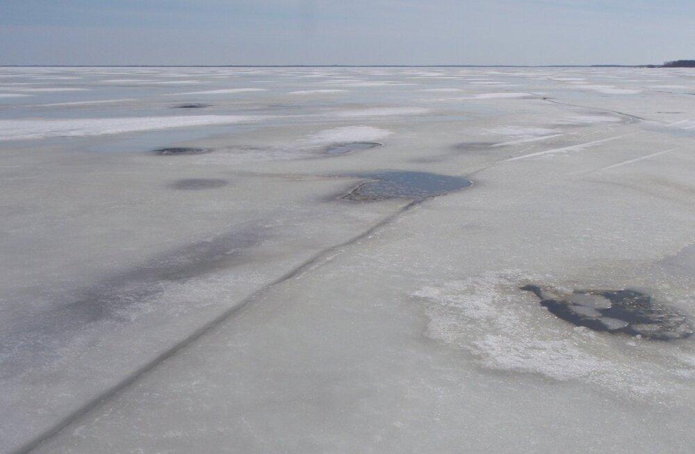 Спасатели помогли выбраться со льдины в Валгеранна 27 рыбакам