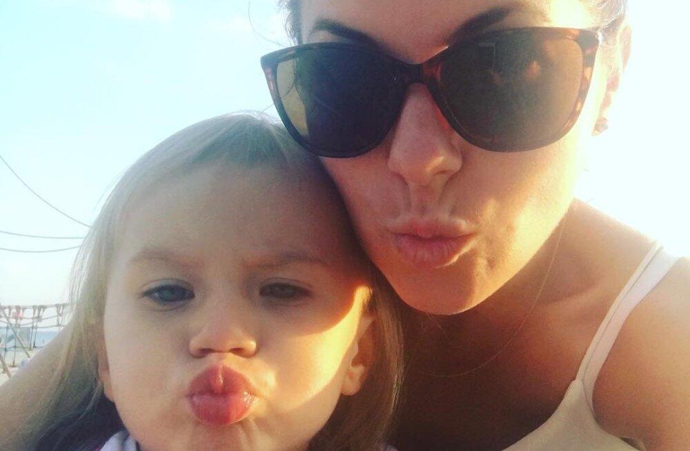 KLÕPS   Nagu ema, nõnda tütar! Birgit Sarrap ja tema tütar Helin Pärnus suvemõnusid nautimas