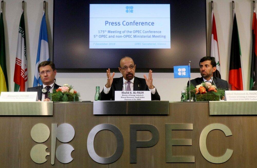 Venemaa energeetikaminister Aleksander Novak (vasakult), Saudi Araabia energeetika-, tööstus- ning mineraalsete ressursside minister Khalid Al-Falih ning Araabia Ühendemiraatide energeetikaminister Suhail Mohamed Al Mazrouei 7.detsembril pressikonverents