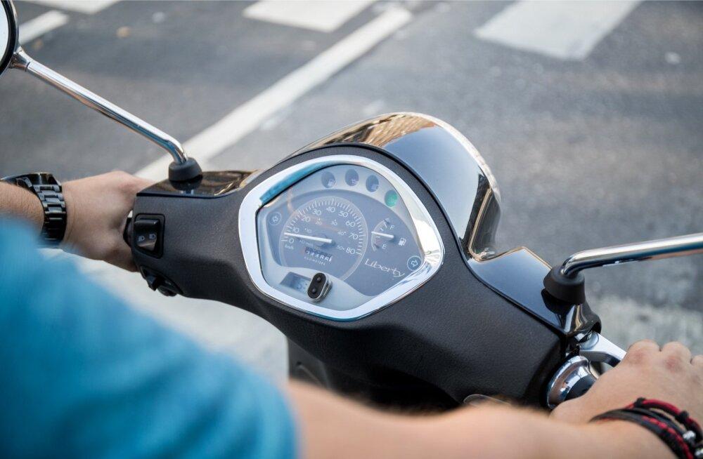 Kindlustusfirma sõnul pidi kulud kandma mopeedijuht, sest tal polnud juhiluba. Foto on illustratiivne.