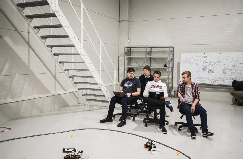 Cleveroni Akadeemia tudengid katsetavad oma roboteid.
