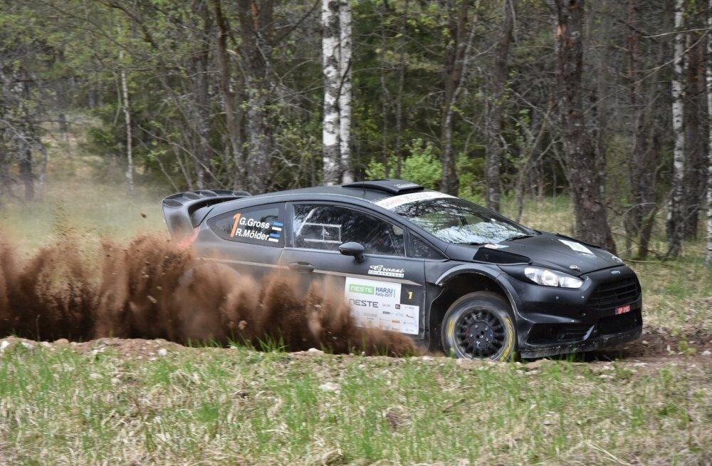 Georg Gross ja Raigo Mõlder oma musta Fordiga