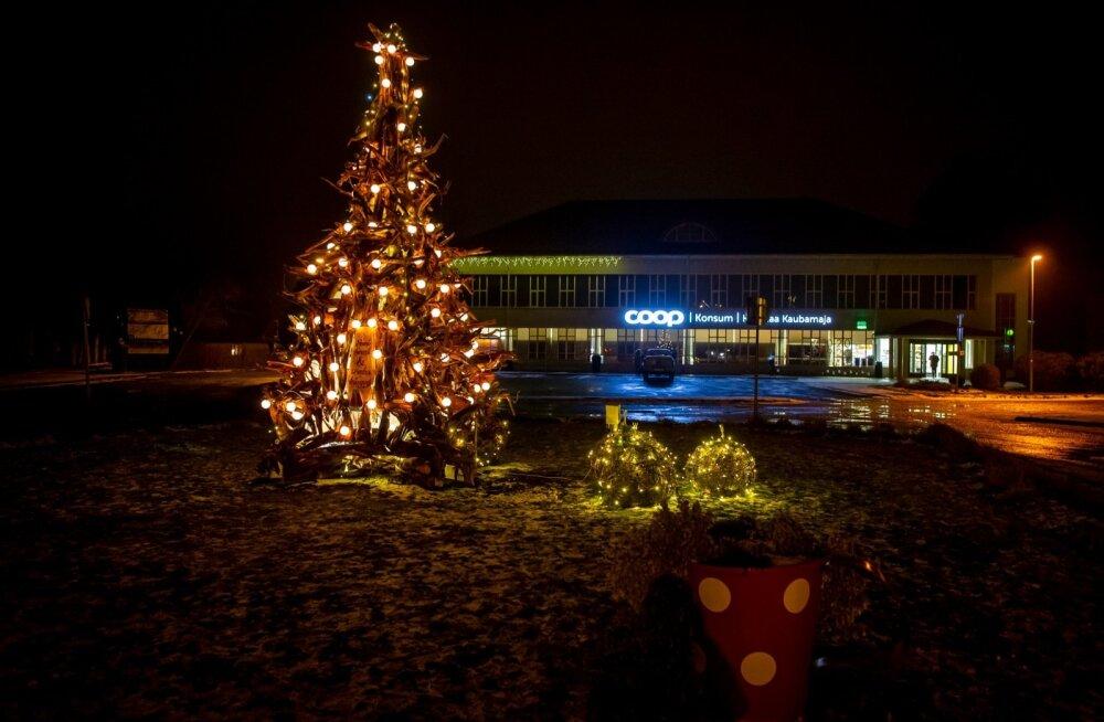 """Kärdla jõulupuu """"Juured""""."""
