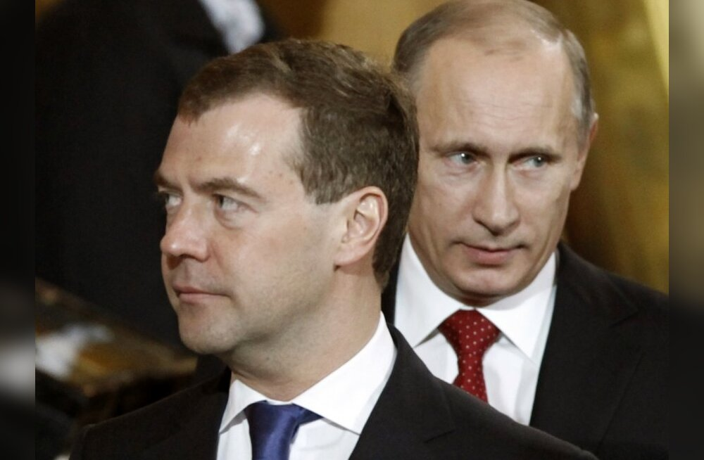Russia's President Dmitry Medvedev (L) and Prime Minister Vladimir Putin attend an Orthodox Easter service at Christ the Saviour Cathedral in Moscow April 3, 2010.  REUTERS/Sergei Karpukhin  (RUSSIA - Tags: POLITICS RELIGION)