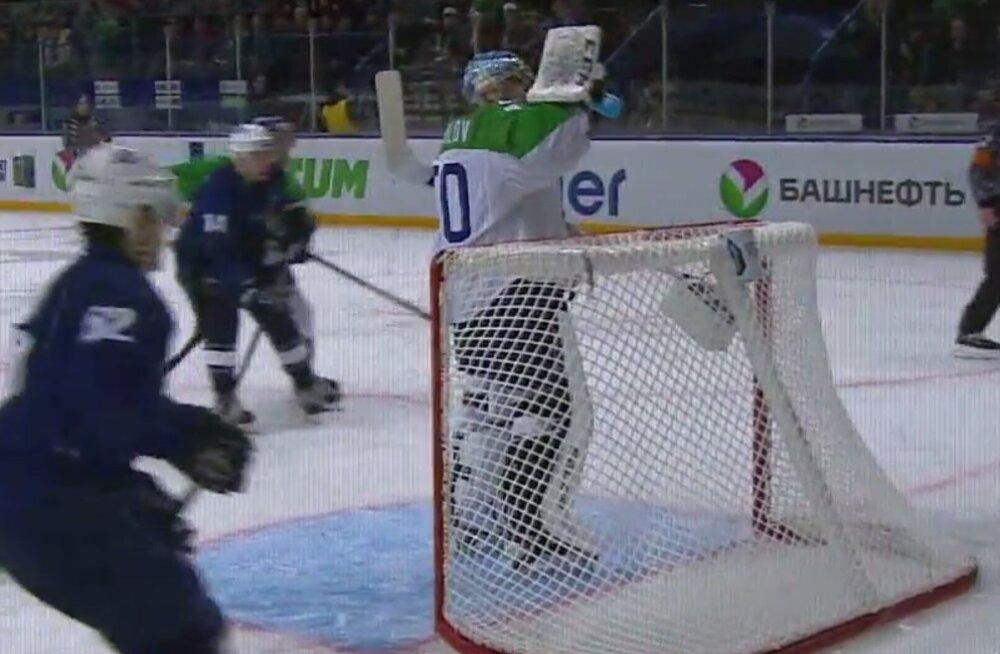 VIDEO: Vastaste rünnaku ajal rahulikult vett joonud väravavaht sai KHL-i galaõhtul eriauhinna