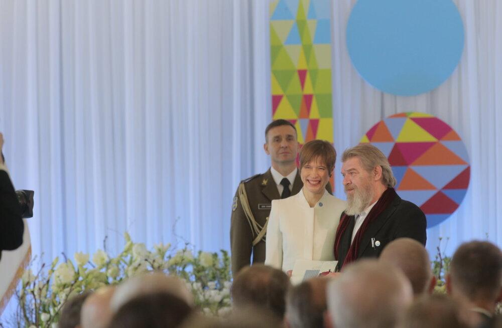 PÄEVAPILT   President andis Maalehe ajakirjanik Margus Mikomägile teenetemärgi