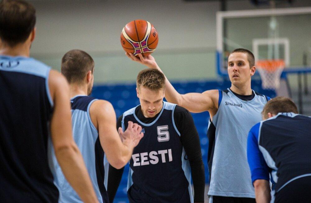 Korvpallikoondise liider Rain Veideman (palliga) ja mängujuht Sten Sokk peavad täna olema kaaslaste jaoks vedurid olema.