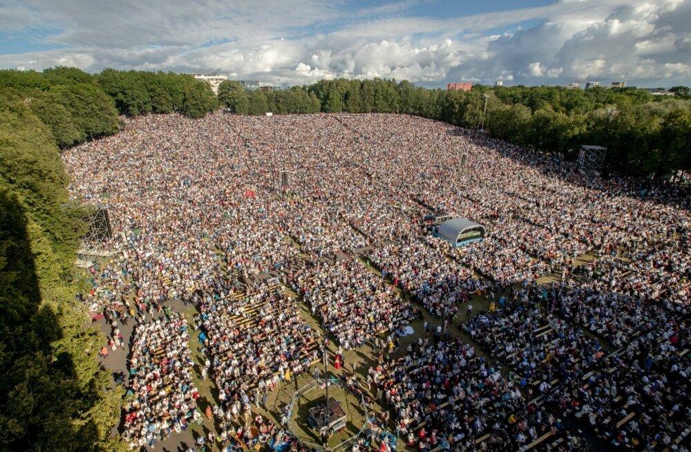 XXVII laulupeo teine kontsert muutus õhtu edenedes nii rahvarohkeks, et näiteks mäe peal muutus liikumine täiesti võimatuks.