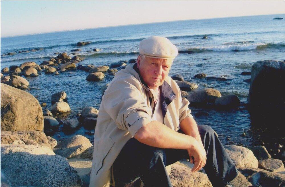 Nukker mees istub rannas.: Meri on, meri jääb - kui jääb. Arvi rõõm merest hakkab kustuma.