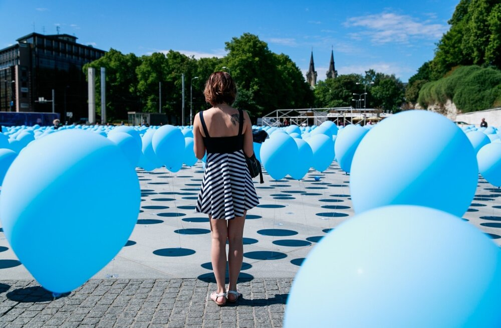 """Täna mälestati üle Eesti juuniküüditamise ohvreid. Tallinnas Vabaduse väljakul meenutatakse ohvreid mälestustseremoonia ja """"Pisarate mere"""" installatsiooniga."""